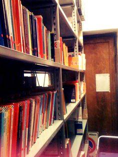 Sbirciamo dentro certi muri in Feltrinelli... indovinate cosa c'è? Ma libri, ovviamente! #FFF #FollowFridayFeltrinelli