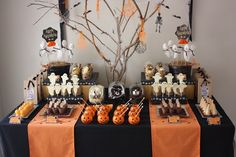 Planning a Halloween party? These ghoulish Halloween table layouts will give your home that spooky edge! Read on to find your perfect table layout. Buffet Halloween, Halloween Dessert Table, Fröhliches Halloween, Halloween Table Decorations, Adornos Halloween, Manualidades Halloween, Halloween Food For Party, Halloween Desserts, Halloween Birthday