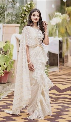 Some fun and glam ways of wearing sarees for bridesmaids -Awesomelifestylefashion Stylish Sarees, Stylish Dresses, Fashion Dresses, Saree Draping Styles, Saree Styles, Drape Sarees, Dress Indian Style, Indian Dresses, Indian Designer Outfits