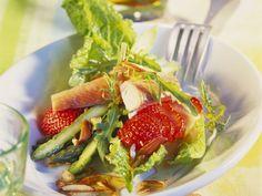 Spargelsalat mit Erdbeeren, geräucherter Forelle und Mandeln ist ein Rezept mit frischen Zutaten aus der Kategorie Salat. Probieren Sie dieses und weitere Rezepte von EAT SMARTER!