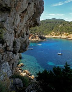Paisaje desde el acceso a la cueva de Can Marçà en Sant Miquel. (Foto: André Nunes). Ibiza