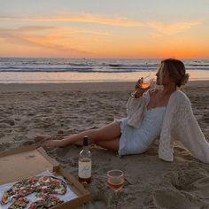 Pure bliss 🌅 🍕  #lessisworefemales Photo Summer, Summer Pictures, Beach Pictures, Beach Aesthetic, Summer Aesthetic, Summer Dream, Summer Girls, Foto Glamour, Shotting Photo
