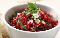 Salát z červené řepy  Červená řepa sterilovaná, 1 sklenice   Česnek 2-3 stroužky   Majonéza 1 ks   Sůl   Červenou řepu scedíme a nakrájíme na velmi malé kousíčky. Promícháme je s majolkou, prolisovaným česnekem a podle chuti přisolíme. Salát můžeme udělat i z řepy čerstvé, kterou uvaříme doměkka, oloupeme, musíme ale salát přisladit a přikyselit