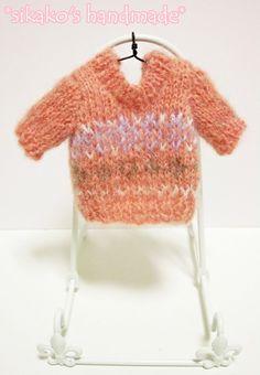 鹿子オリジナルのヒトガタあみぐるみ、[Pretty girl]用の着せ替えお洋服です。サーモンピンクのセーターに、紫や茶色の編みこみ模様入りのデザイン◎ シン...|ハンドメイド、手作り、手仕事品の通販・販売・購入ならCreema。