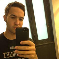 Pete Wentz rocking the mophie selfie. Photo via @megan