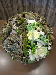 Very beautiful nature and floristry connected in a workpiece Arte Floral, Deco Floral, Floral Design, Ikebana, Flower Centerpieces, Flower Decorations, Fresh Flowers, Beautiful Flowers, White Flowers