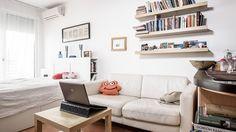 Kolléganőnk árulja a lakását, csinált róla fotókat ő is és egy profi fotós is. Megmutatjuk, mi lett a különbség, és hogy mire figyelj, ha vonzó ingatlanhirdetést szeretnél feladni. Office Desk, Couch, Furniture, Home Decor, Desk Office, Settee, Decoration Home, Desk, Sofa