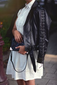white shirt dress / black leather jacket / black cross over bag / summer look / street style / classic / monochrome look / amsterdam / detail