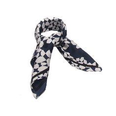 Lenço Geometrico Azul Marinho - Lenço em tecido 100% seda com estampa geometrica nas cores azul marinho, preto e branco. #lenços #lenço #moda #modafeminina #acessórios #acessóriosfemininos #scarf #scarfs #fashion #womensfashion #femalleacessories