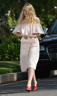 Dakota Fanning rocks a pair of retro glasses and bardot crop top Dakota Fanning Style, Bardot Crop Top, Ugly Outfits, Summer Chic, Female Stars, Her Style, Retro, Casual Looks, Street Style