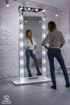 """Гримерное зеркало """"Monochrome"""" - это напоминание о бескомпромиссном восприятии мира и себя. Это отражение великих истин, что внешняя реальность безгранична в своих проявлениях и только мы выбираем на чем фокусировать наше внимание, на черном или белом. #гримерноезеркало #зеркало #mirror #интерьер #interior #makeup #makeupmirror # #Ray_Apple"""