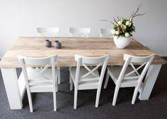 Gave steigerhouten tafel met witte poten. (www.steigerhoutenmeubelshop.nl)