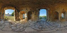 Entrée du château fort de Budos - France © Pascal Moulin