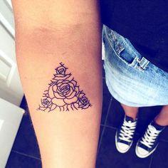 En un sens, la réalité dépassait de beaucoup ce qu'elle avait imaginé en rêve. Tous deux, ils avaient beaucoup appris durant ces longues et douloureuses années, mais la principale leçon était peut-être la plus simple : prenez soin de ceux que vous aimez. Le bonheur est fragile. Savourez chaque instant et faites votre possible pour le protéger. [Tu me manques - Harlan Coben] #Tattoos#Ink#Inked#Inspiration#Roses#Idea#FrenchQuote#Quote#Citation