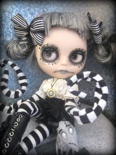 So this is one possibility for her scalp, what do you think? Tim Burton Personajes, Living Dead Dolls, Gothic Dolls, Victorian Goth, Goth Art, Voodoo Dolls, Barbie, Creepy Dolls, Creepy Cute