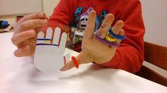 Een leuk idee om met een kind spelend te oefenen; fijne motoriek, volgorde, lichaamsbesef, doseren van kracht, etc.