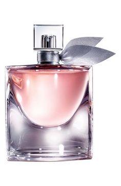 """La Vie est Belle de Lancôme fue uno de los grandes lanzamientos de 2012, creada por grandes nombres de mundo del perfume, y con Julia Roberts como embajadora. La fragancia, cuyo nombre se traduce como """"la vida es bella"""", fue desarrollada por los perfumistas Olivier Polge, Dominique Ropion y Anne Flipo. Su composición incluye notas de Iris pallida,… #perfumes #lancome"""