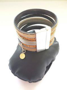 Bracelet en cuir beige (peau à polis), en cuir lisse doré, et simili cuir sable pailletté, style manchette