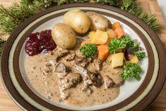 Peuran suikalepaistia yrtti-kermakastikkeessa - Reseptit - Maaseudun Tulevaisuus Pot Roast, Chicken, Meat, Ethnic Recipes, Food, Carne Asada, Roast Beef, Eten, Meals