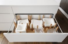 Keep those dishes in place with this simple, cheap and stylisch solution for kitchen drawers! #Plan W | LINEARE