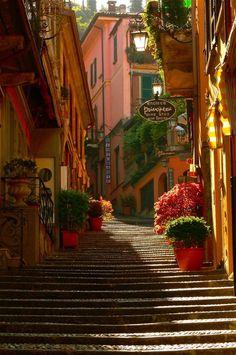 La antigua escalera al lago di Como, Bellagio, Italia. Bellagio Italie, Lac Como, Places Around The World, Around The Worlds, Beautiful World, Beautiful Places, Beautiful Streets, Beautiful People, Amazing Places