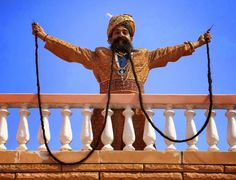 O indiano Ram Singh Chauhan de 62 anos, é dono do maior bigode do mundo, o bigode já conta com mais de 5 metros de pelos faciais, e de acord...