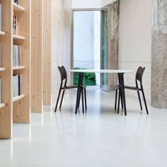 The library of Cosín features STUA Lau table with black legs and white top together with black Laclasica chairs.