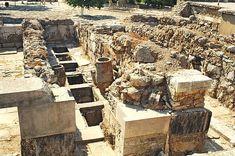 Palazzo di Cnosso: i magazzini. L'accesso ai magazzini avveniva attraverso i tetti, non varcando una soglia come aveva pensato invece Evans.