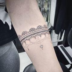 Tatuagens de Braceletes e Faixas Femininas De de 70 Modelos Rose Tattoos, All Tattoos, Tattoos For Women, Tattoos For Guys, Armband Tattoos, Forearm Tattoos, Maori Tattoos, Trendy Tattoos, Unique Tattoos