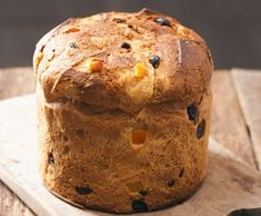 Ingrediente: 420 g faina 3 oua 60 ml apa 60 ml lapte 1 pliculet drojdie uscata (7 g) 5 linguri unt 100 g zahar coaja unei lamai coaja unei portocale 100 g stafide (1/2 negre, 1/2 aurii) 50 g merisoare uscate esenta vanilie un praf sare... Banana Bread, Bakery, Recipies, Muffin, Food And Drink, Sweets, Cooking, Breakfast, Desserts