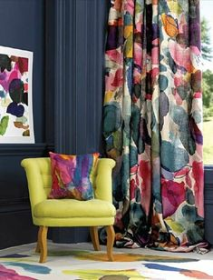 wohnideen farbiges dekokissen bunte gardine dunkelgraue wandgestaltung