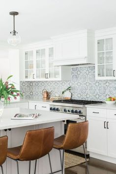 Kitchen backsplash ideas that will brighten and modernize your kitchen. with cabinets, diy for big and small kitchen - white or dark cabinets, tile patterns backsplash with white cabinets 40 Brilliant Kitchen Backsplash Tile Ideas for Your Next Reno Kitchen Interior, New Kitchen, Kitchen Decor, Kitchen Modern, Timeless Kitchen, Decorating Kitchen, Summer Kitchen, Design Kitchen, Backsplash With Dark Cabinets
