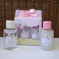 Kit com sabonete líquido de 30 ml e álcool gel também de 30 ml, totalmente personalizado.  Acompanha um lindo pingente e uma tag de agradecimento!!   Uma linda lembrancinha de maternidade, nascimento, chá de bebê/fralda, aniversário. Alice, Soap, Gift Wrapping, The Incredibles, Children, Gifts, Hand Soaps, Diapers, Jars
