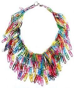 Colares de clipes de papel coloridos. | 42 tendências de moda e acessórios que vão fazer toda garota brasileira dos anos 90 morrer de saudades