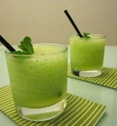 Mojito Ingredientes:Ron blancoLimasSprite o Seven Up AzúcarHojas de hierbabuenaCubitos de hieloSigue los pasos de este riquísimo mojitoaquí.