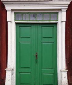 Hämtat inspiration vid ett mycket trevligt hus idag, det blir nog denna nyans till vår dörr + fönsterbågar tror jag