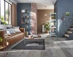 Fraîcheur et lumière pour ce salon scandinave aux couleurs sorbet réhaussé d'une suspension aux accents cuivrés. L'effet graphique crée par la peinture métalisée et les coussins dynamisent les nuances poudrées.