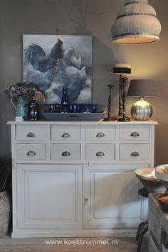 Franse kast met hanglamp en tafellamp ; prachtige schilderij van ' kippen '