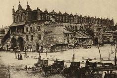 """Tak wyglądały Sukiennice, zanim dokonano ich przebudowy w latach 1875-1879!  Autorem przebudowy był Tomasz Pryliński, wspierany przez Jana Matejkę. Zniknęły (widoczne na fotografii) drewniane budy """"doklejone"""" do Sukiennic a sam budynek przestał wyglądać jak ruina."""