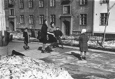Lapsia hyppäämässä narua Torkkelinkatu 7 pihalla taustalla Torkkelinkatu 28.  kuva Väinö Kannisto 1940-luku. Helsinki, Street View