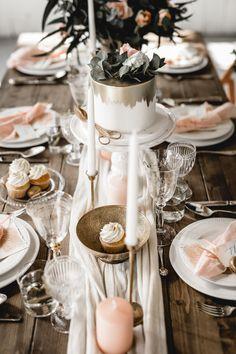 Tolle Vintage Deko zum verlieben! Um noch mehr Inspirationen zu bekommen, schaut mal im Inspirationsbereich von NIMMPLATZ vorbei. Wedding Decorations, Table Decorations, Vintage Stil, Special Day, Boho Wedding, Table Settings, Party, Wedding Things, Greenery