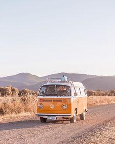 @75vibes_ Breakdown What It's Like To Road Trip & Van Life Around Australia In Their Kombi, Stella Combi Hippie, Vw Hippie Van, Van Drawing, Combi T2, Vw T1, Kombi Camper, Vw Kombi Van, Volkswagen Bus, Yellow Vans