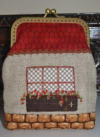 Hoy os muestro este monedero con boquilla que he hecho para una amiga que quería hacer un regalito, en realidad su uso no va destinado a... Japanese Patchwork, Patchwork Bags, Quilted Bag, Frame Purse, House Quilts, Basket Bag, Beaded Bags, Fabric Bags, Sewing Accessories