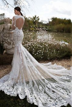 DIVINO!-Vestido de noiva com transparência e cauda longa