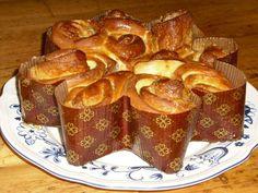 Ezt a süteményt, minden karácsony előtt postán kaptuk az édesanyám nagynénjétől. Élénken él bennem az emlék, ahogy kislányként, apukámmal sorban állunk a Lajos utcai postán és türelmetlenül várjuk, hogy átadja nekünk a postáskisasszony a csoda süteményt rejtő… Ring Cake, Scones, French Toast, Food And Drink, Breakfast, Sweet, Christmas, Xmas, Morning Coffee
