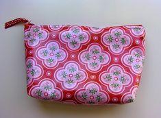 "Laminated ""Just In Case"" Bag Tutorial Zipper Cosmetic Bag Tutorial. Diy Pouch Tutorial, Cosmetic Bag Tutorial, Pencil Case Tutorial, Patchwork Tutorial, Tutorial Crochet, Makeup Bag Tutorials, Diy Makeup Bag, Small Makeup Bag, Sewing Tutorials"
