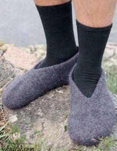 Men's slippers knitting pattern free knitsi.com/socks-for-men/371-mens-slippers-knitting-pattern-free