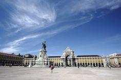 Praça do Comércio (Terreiro do Paço) A tour da cidade começa na Praça do Comércio, a grande praça neoclássica que ancora a cidade ao rio Tejo. Andem pela margem do rio para sentirem a cidade.