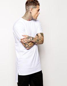 Lang geschnittenes T-Shirt von AQ/AQ weiches Jersey Rundhalsausschnitt Stufensaum langer Schnitt länger als reguläre Länge Maschinenwäsche 100% Baumwolle Unser Model trägt Größe M und ist 185,5 cm/6 Fuß, 1 Zoll groß