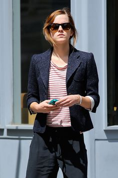 Emma Watson, Hermione of Harry Potter looks so beautiful even without makeup. Here are some of the Emma Watson no makeup looks to stun you! Emma Watson Without Makeup, Emma Watson Makeup, Emma Watson Estilo, Emma Watson Daily, Celebrity Style Casual, Military Looks, Becoming An Actress, Kendall Jenner Style, Kylie Jenner